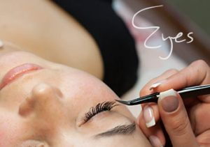 Applying a beauty treatment to eye lashes
